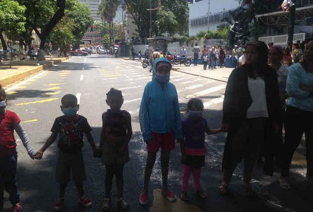 Protestan en el JM de los Ríos por suspensión del servicio de hemodiálisis