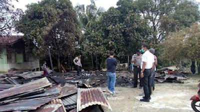 Kanit Reskrim Polsek Pangkalan Kuras Olah TKP Kejadian Kebakaran Rumah Di Desa Kemang