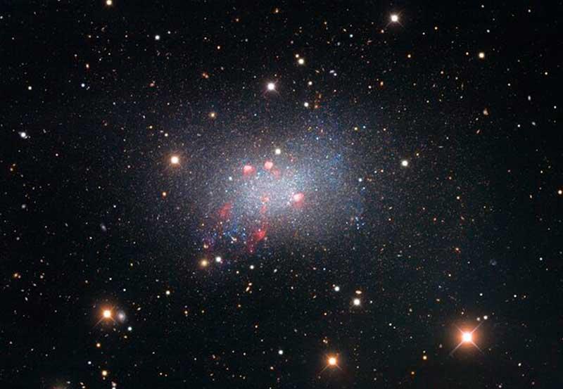 Esta galáxia anã contém berços e túmulos de estrelas