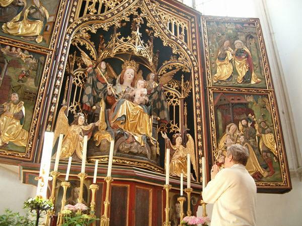 Apakah Membuat Patung itu Dilarang? Apakah Umat Katolik Menyembah Patung?