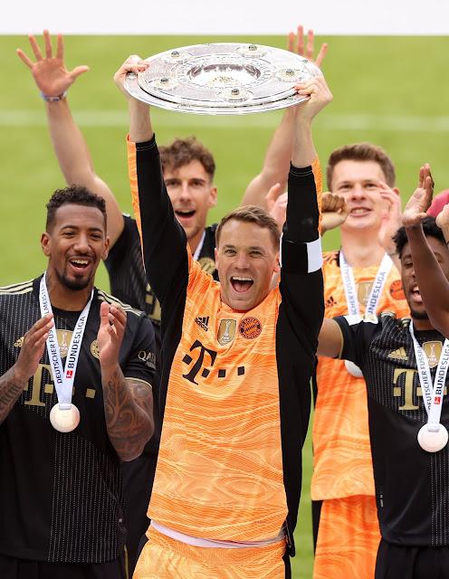 نوير يحتفل بلقب الدوري الالمانى 2021