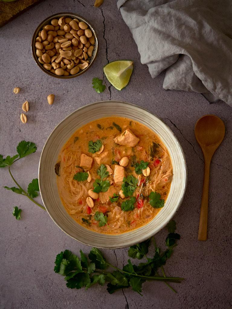 sopa-tailandesa-con-pollo-fideos-y-cacahuetes