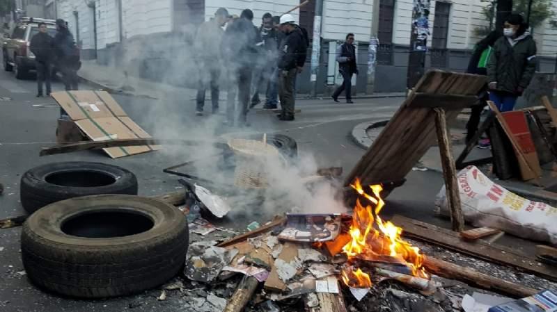 Las fogatas y barricadas vecinales fueron la característica desde la renuncia de Morales / PÁGINA SIETE