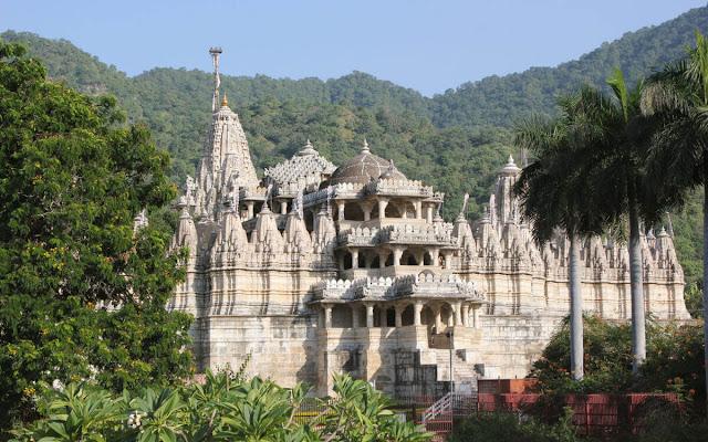 Đây là ngôi đền Jain ở Ranakpur có kiến trúc uy nghi nằm trên sườn đồi. Ngôi đền có hơn 1444 cột đá cẩm thạch, chạm khắc chi tiết và tinh tế. Mỗi trụ cột được chạm khác khác nhau, không cái nào giống cái nào.     Việc xây dựng đền thờ và hình ảnh tượng trưng cho cuộc chinh phục tứ phương, do đó đền được coi là trung tâm của Tirthankara. Niên đại của ngôi đền còn có các giả thiết khác nhau nhưng có thể đền được xây dựng từ những năm cuối thế kỷ 14 và giữa 15.