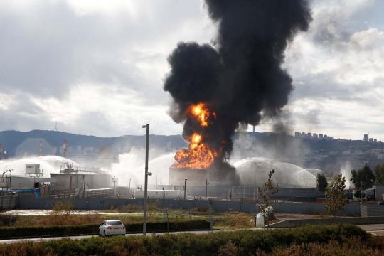 Dahsatnya kebakaran lahap kilang minyak Israel
