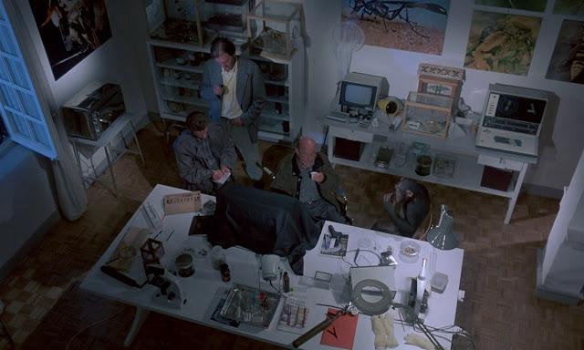 Inspektur Rudolf Geiger dan asistennya, Kurt menyelidiki jasad gadis tersebut bersama ahli entomologi, John McGregor