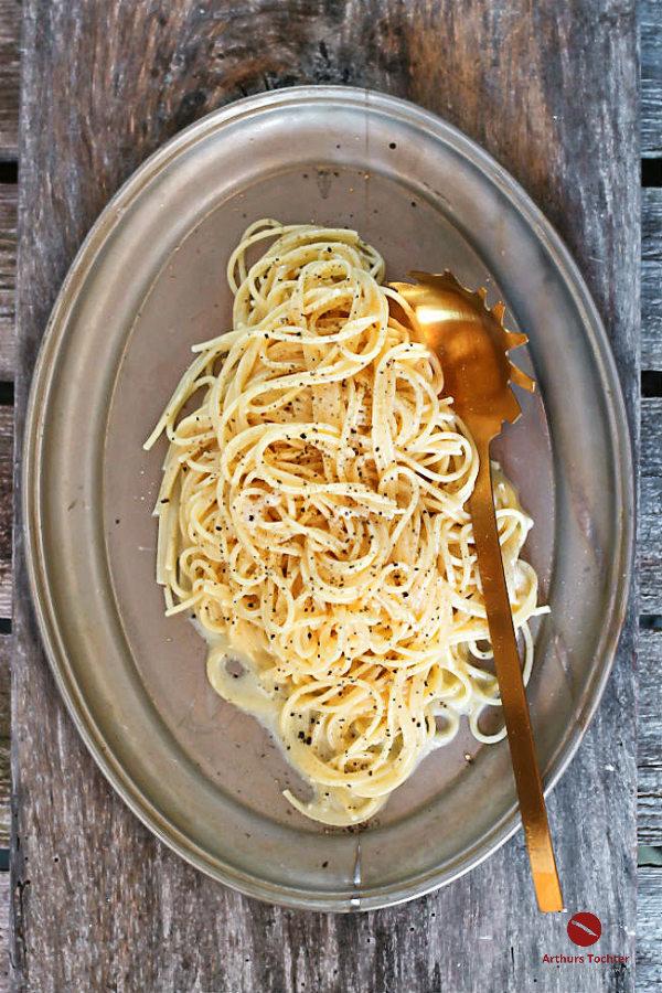 Originalrezept für Pasta / Spaghetti Alfredo mit cremiger Sauce aus Butter und Parmesan. Wichtig: Ich verwende keine Sahne! #original #rezept #fettucine #pasta #nudeln #einfach #schnell #kinder #italienisch #onepot #rezept #soße #deutsch #vegan #vegetarisch #spaghetti #thermomix #tm31 #chicken #foodblog #foodphotography #wein #rotwein #chianti #käsesauce
