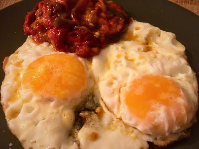 Huevos fritos con ensalada de pimientos rojos asados - Receta - El gastrónomo - ÁlvaroGP Content Manager