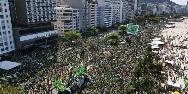 «Libertad», «Este es el verdadero Brasil, un país que apoya a su presidente», dicen los carteles de los bolsonaristas / EFE