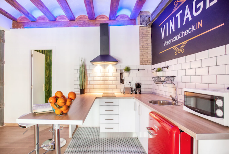 Cómo decorar una casa para alquilar: cocina abierta con barra de estilo vintage.