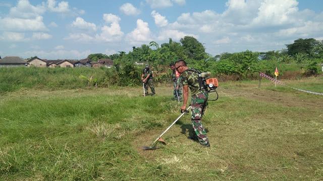Babinsa Koramil 23/Ceper Karya Bakti Bersihkan Lapangan Sepak Bola