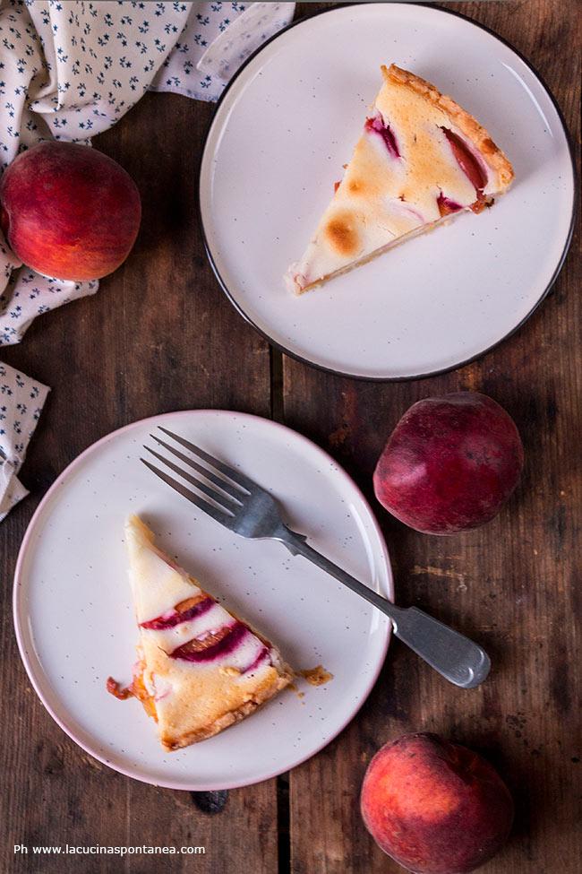 Foto con due piatti bianchi con una fetta di torta ciascuno