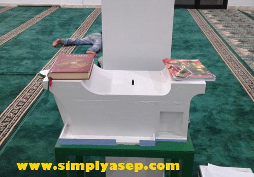 KOTAK AMAL KAPAL : Bahkan untuk kotak amal Masjid nya saja sudah berbentuk kapal.  Semuanya serba berbentuk sebuah kapal.  Foto Asep Haryono