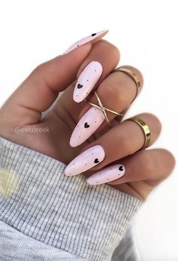 uñas con corazones negros