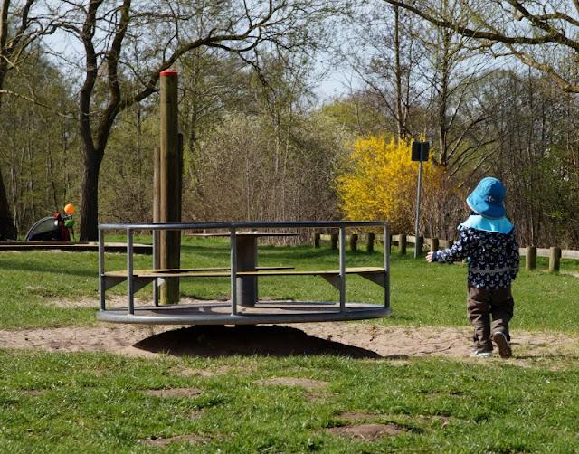 Kinder brauchen Abenteuer! Zwei spannende Abenteuer-Spielplätze in der näheren Umgebung von Kiel. Unser Junge ist gleich auf das Karussell auf dem Robinson-Spielplatz losgestürmt.