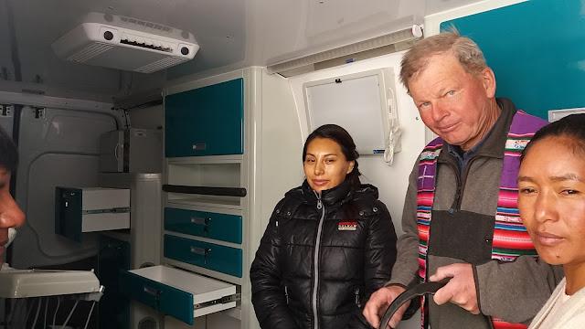Die Zahnärztin freut sich links vom Padre über das mobile Behandlungszimmer. Daneben die Stadträtin.