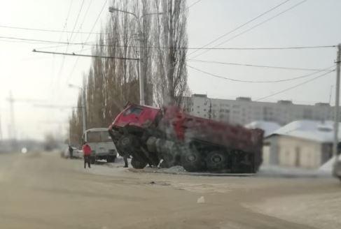 В Уфе под землю провалился грузовик