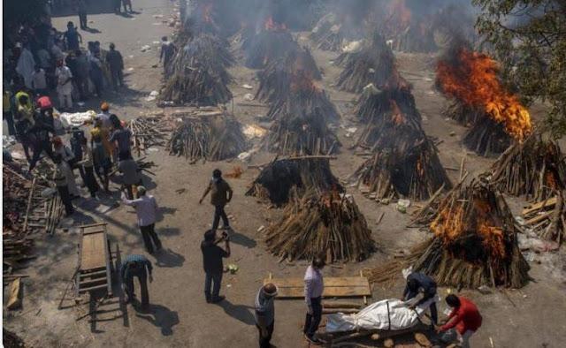 رائحة الموت تفوح في سماء الهند .. حرق جماعي لـ الجثث .. وباء كورنا يخرج عن السيطرة