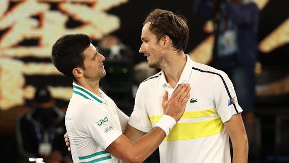 Novak Djokovic bắt tay và an ủi Daniil Medvedev sau trận chung kết
