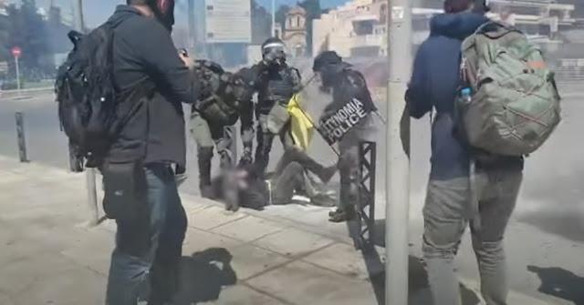 Αστυνομικοί των ΜΑΤ σβήνουν φωτιά στο πόδι διαδηλωτή που είχε ρίξει μολότοφ (βίντεο)