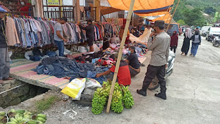 Personil Polsek Anggeraja Polres Enrekang Melaksanakan Operasi Yustisi Di Pasar Cakke