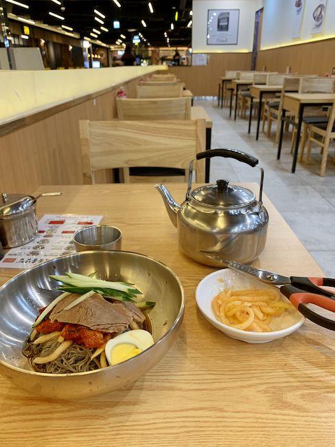 韓国冷麺を出す店に入る