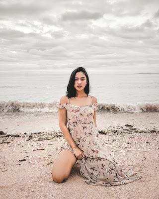Marion Jola main air di pantai