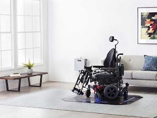 silla de ruedas eléctrica encima de la alfombra de carga