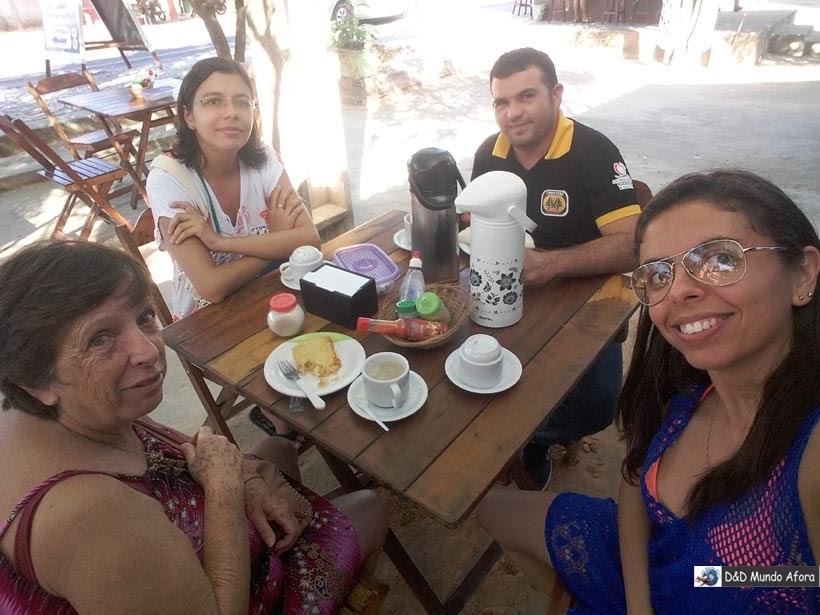 Paradinha para café da manhã com o Pedro da Coopjeri 4x4 na cidade de Itarema, perto de Jericoacoara