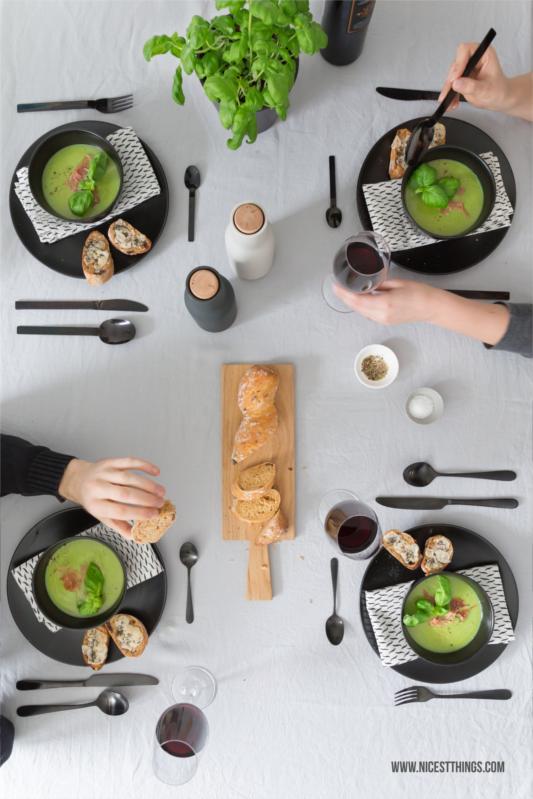 Basilikumsuppe Rezept mit Serrano Schinken und Parmesan Crostini
