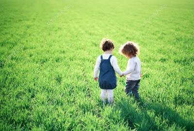 Amizade, crianças no campo, primavera. #PraCegoVer