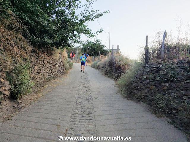 Camino de hormigón saliendo de Trevélez subiendo al Mulhacén