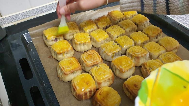 在麵團上塗上蛋黃液