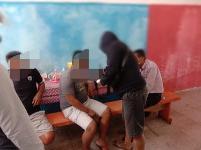 Tim Satreskim dan Buser yang dipimpin langsung Kasat Reskrim Polres Tual Iptu Hamin Siompu saat menangkap penjual togel, Selasa (27/04/2021).