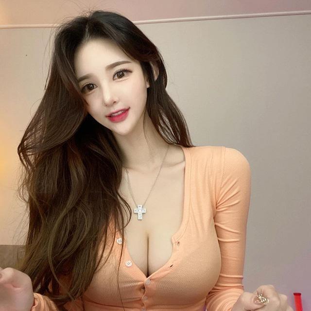 Nữ streamer xinh đẹp khoe thân khiến người xem thắc mắc bao giờ thị bị khoá kênh