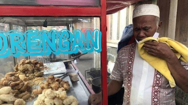 Kakek Penjual Gorengan di Pancoran Menangis Terbata-bata gegara Kena Tipu, Motor Dibawa Kabur