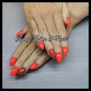 Foto van nagels met neon gellak en panterprint nailart in Dronten op www.lovelylashesnails.nl