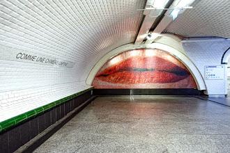 Paris : La Voix Lactée, une oeuvre de l'artiste québécoise Geneviève Cadieux, intrigante mosaïque représentant une bouche dans les couloirs du métro Saint Lazare - IXème