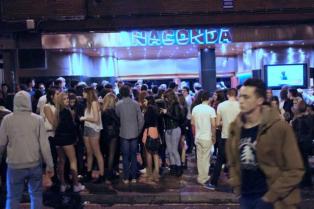Jóvenes ante la discoteca Anaconda