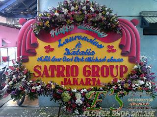 karangan bunga papan pernikahan slempang tirai mahkota