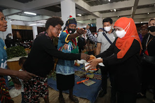 Laga PON XX Papua, Gubernur Jatim Sempatkan Borong Oleh-Oleh Khas Kota Jayapura