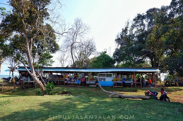 Deretan warung-warung di Danau Gedang Bengkulu