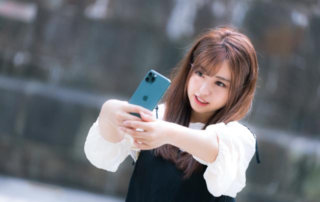 Politisi Kota di Jepang Berencana Melarang Warganya Berjalan Kaki Sambil Menatap Layar Smartphone