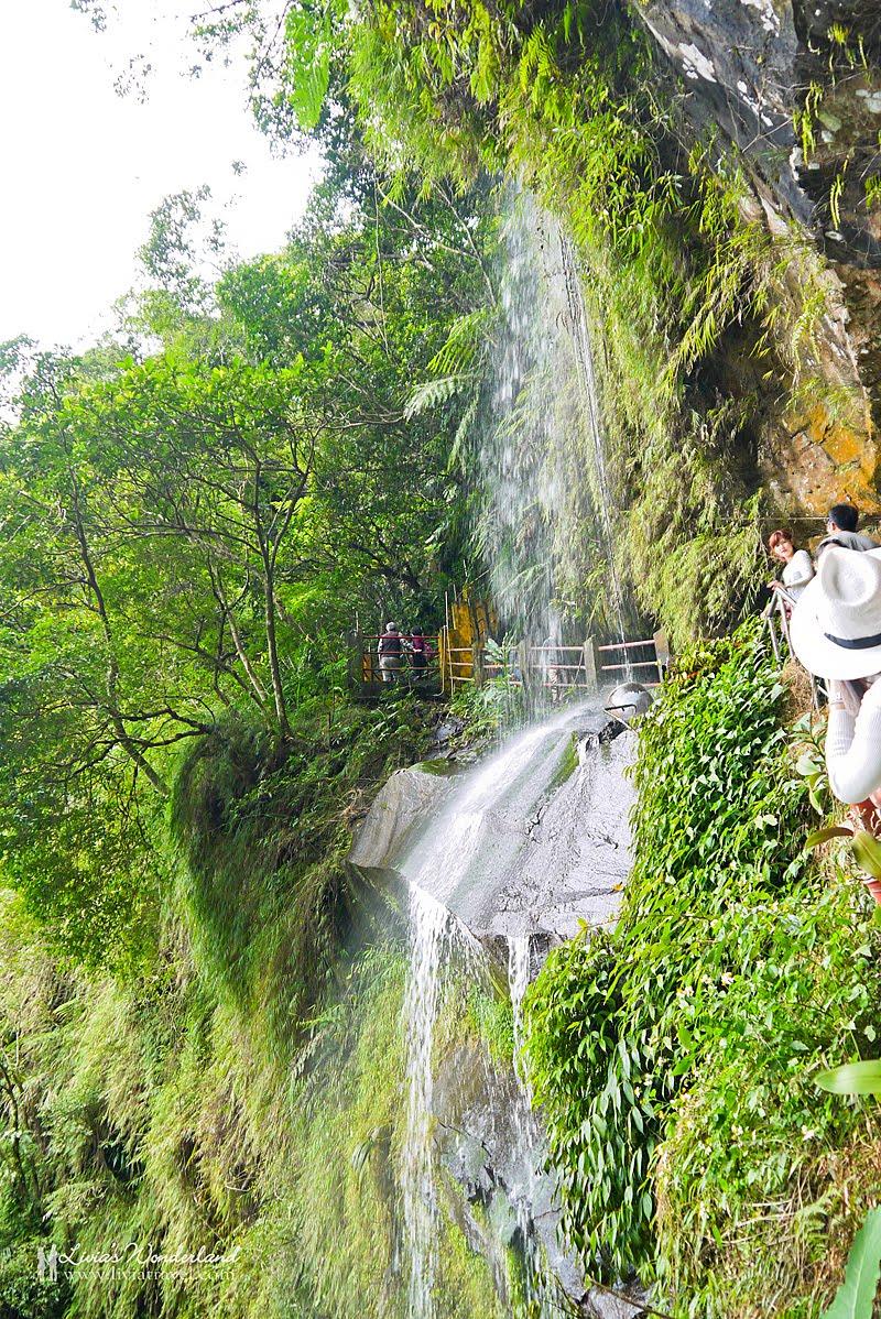 【銀河洞瀑布。台北新店景點】IG人氣秘境美到像仙境~飛瀑凌空百年廟宇!