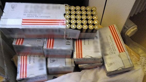 У київській квартирі знайшли великий арсенал зброї