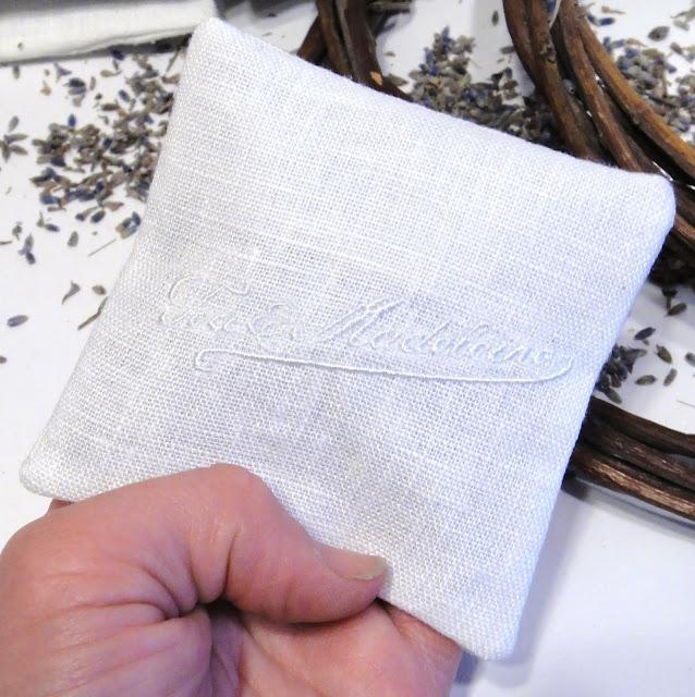 Персональные подарки гостям свадьбы, юбилея, корпоратива - саше с вышивкой логотипа, имени или даты. Внутри бутоны лаванды. Ручная работа по эскизу заказчика