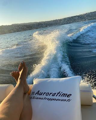 Caterina Balivo piedi sulla barca