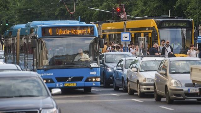 Fidesz: Hétfőtől sűríteni kell a busz- és villamosjáratokat Budapesten