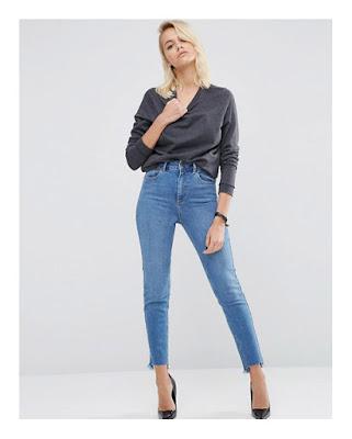Девушка в светло-голубых джинсах и сером топе