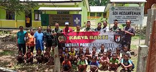 Ciptakan Keamanan Lingkungan Sekolah, Satgas Pamtas Yonif R 142/KJ Bangun Pagar SD Inpres Hedanfehan Desa Derok